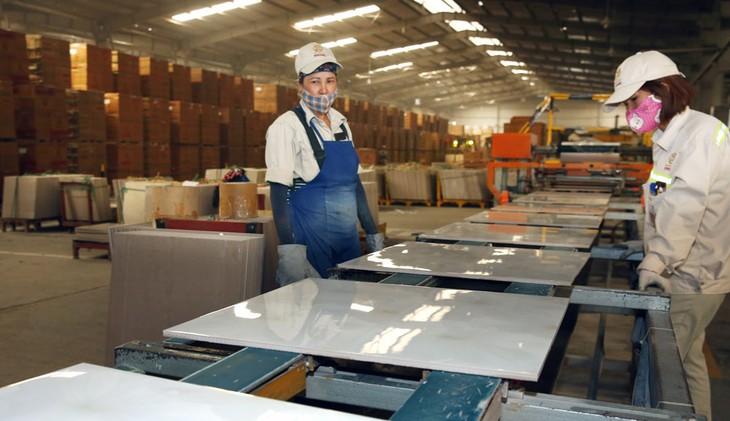 Tác động của đợt dịch Covid-19 thứ hai khiến hơn 47% doanh nghiệp phải cắt giảm lao động. Ảnh: Lê Tiên