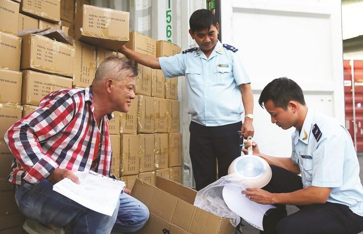 Sau gần 2 năm, số lượng văn bản về quản lý, kiểm tra chuyên ngành đối với hàng hóa xuất nhập khẩu tăng hơn 120 văn bản. Ảnh: Lê Tiên