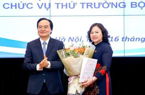 Bộ trưởng Phùng Xuân Nhạ trao quyết định và chúc mừng tân Thứ trưởng Ngô Thị Minh