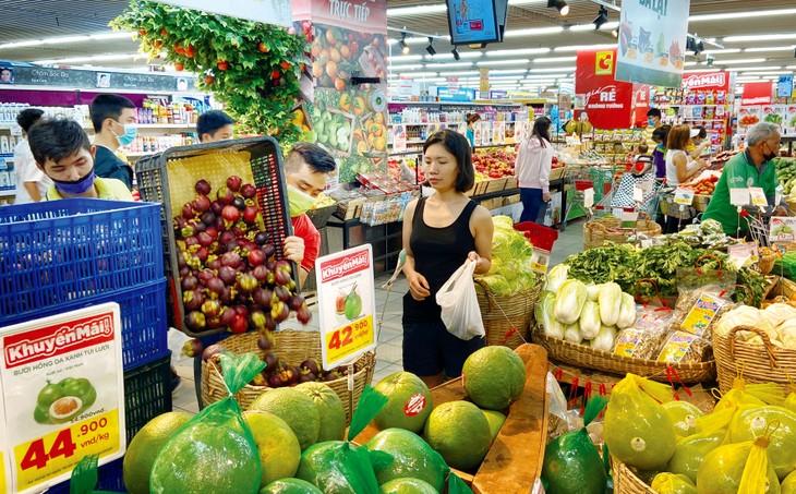 Tổng mức bán lẻ hàng hóa và doanh thu dịch vụ tiêu dùng tháng 8 giảm 2,7% so với tháng 7 do ảnh hưởng tiêu cực của dịch Covid-19. Ảnh: Tâm An