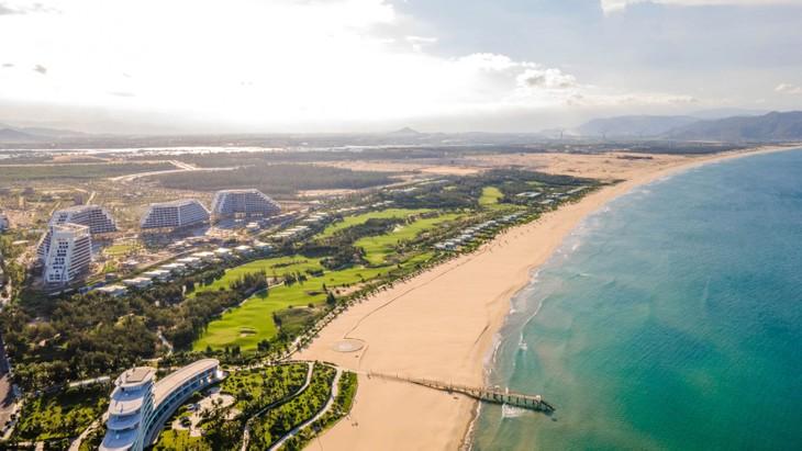Khách sạn FLC Grand Hotel Quy Nhon tọa lạc trên vùng biển Nhơn Lý, Quy Nhơn - một trong những vùng biển đẹp nhất Nam Trung Bộ