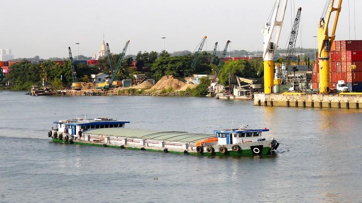 Thủ tướng yêu cầu đẩy mạnh phát triển hệ thống cảng cạn, trong đó ưu tiên đầu tư các cảng cạn kết nối với đường thủy nội địa. Ảnh: Lê Tiên