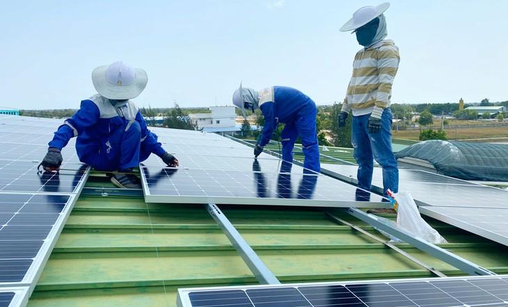 Nhiều doanh nghiệp tham gia vào lĩnh vực năng lượng mặt trời có nguồn thu từ điện khá nhỏ so với nguồn thu các ngành nghề kinh doanh truyền thống khác. Ảnh: Trung Thành