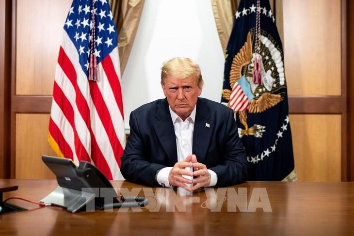 Tổng thống Mỹ Donald Trump tại phòng làm việc đặc biệt ở Trung tâm Quân y quốc gia Walter Reed ở Bethesda, Maryland khi ông được điều trị do nhiễm bệnh COVID-19, ngày 4/10/2020. Ảnh: AFP/TTXVN