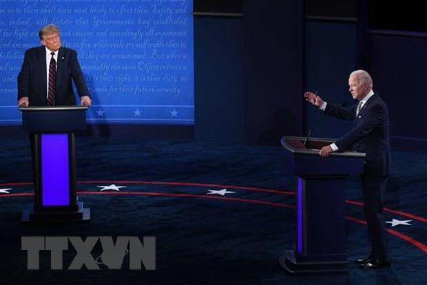 Tổng thống Mỹ Donald Trump (trái) và ứng viên Tổng thống đảng Dân chủ Joe Biden (phải) tại cuộc tranh luận trực tiếp đầu tiên ở Cleveland, bang Ohio ngày 29/9/2020. (Ảnh: AFP/TTXVN)