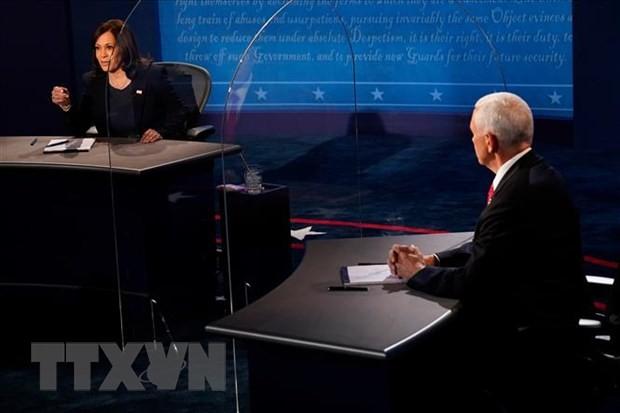 Phó Tổng thống Mỹ Mike Pence (phải) và ứng viên Phó Tổng thống đảng Dân chủ, Thượng nghị sỹ bang California Kamala Harris trong cuộc tranh luận trực tiếp duy nhất tại thành phố Salt Lake, bang Utah ngày 7/10. (Ảnh: AFP/TTXVN)