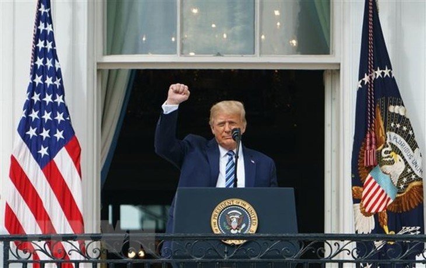 Tổng thống Mỹ Donald Trump phát biểu trước những người ủng hộ tại Nhà Trắng ở Washington, DC ngày 10/10/2020. (Ảnh: AFP/TTXVN)