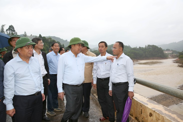 Phó Thủ tướng Trương Hòa Bình thị sát tình hình lũ lụt tại huyện Tây Giang. Ảnh: VGP/Lê Sơn