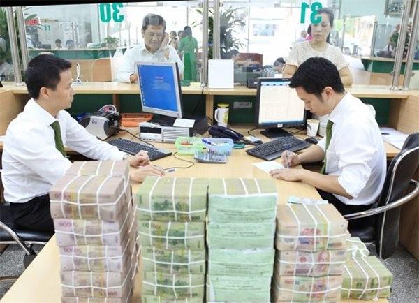Nhiều ngân hàng tung gói cho vay hỗ trợ SMEs vào quí cuối năm. Ảnh: TTXVN.
