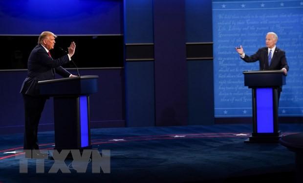 Tổng thống Mỹ Donald Trump (trái) và ứng viên Joe Biden tại vòng tranh luận trực tiếp cuối cùng ở thành phố Nashville, bang Tennesse. (Ảnh: AFP/TTXVN)