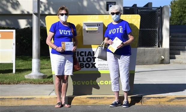 Cử tri bỏ phiếu sớm bầu Tổng thống Mỹ 2020 qua đường bưu điện tại Santa Ana, bang California ngày 13/10/2020. (Nguồn: AFP/TTXVN)