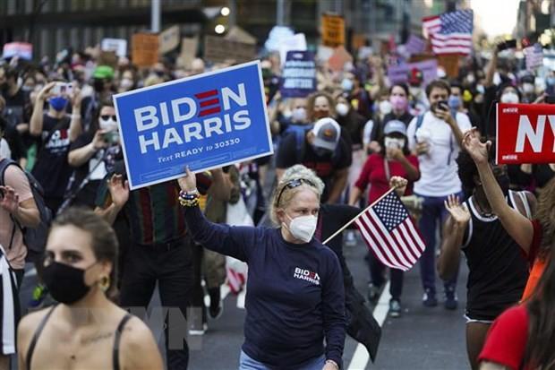 Người ủng hộ ông Biden tập trung tại Quảng trường Thời Đại ở New York, Mỹ, ngày 7/11/2020. (Ảnh: THX/TTXVN)