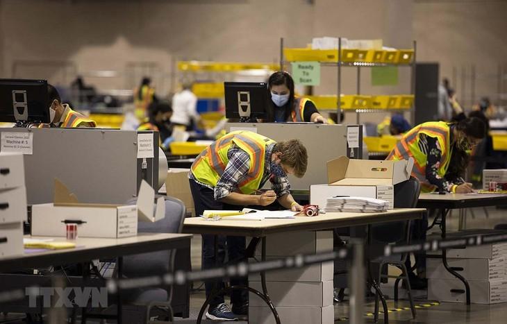 Nhân viên bầu cử kiểm phiếu bầu Tổng thống Mỹ tại Philadelphia, bang Pennsylvania ngày 4/11/2020. (Ảnh: Getty Images/TTXVN)