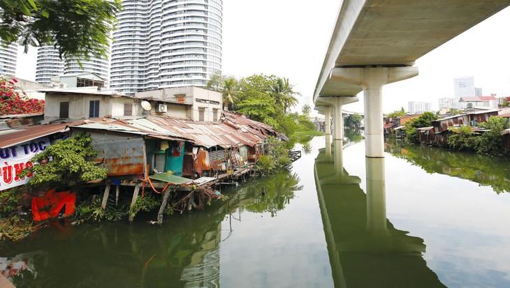 TP.HCM hiện tồn tại hơn 20.000 căn nhà trên và ven kênh rạch cần di dời. Ảnh: Lê Tiên