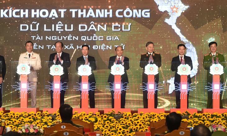 Thủ tướng Nguyễn Xuân Phúc cùng các đại biểu thực hiện nghi thức khai trương Hệ thống Cơ sở dữ liệu quốc gia về dân cư và Hệ thống Sản xuất, cấp và quản lý căn cước công dân. Ảnh: Hiếu Nguyễn