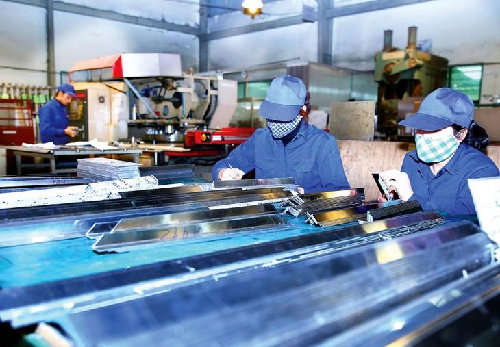 Những chính sách hỗ trợ về thuế, phí dài hạn hơn, hiệu quả hơn sẽ giúp doanh nghiệp có thêm nguồn lực tài chính duy trì và khôi phục sản xuất trong năm 2021 và các năm tiếp theo. Ảnh: Lê Tiên
