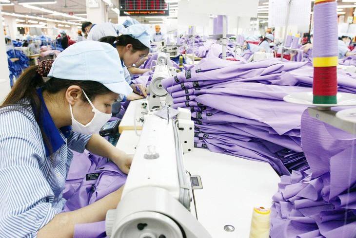 Chiến lược kinh doanh của doanh nghiệp cần thay đổi theo hướng coi trọng thị trường trong nước với tầng lớp trung lưu đang phát triển mạnh mẽ. Ảnh: Tường Lâm