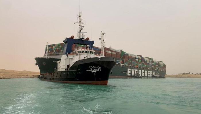 Một tàu container khổng lồ bị mắc kẹt ở kênh đào Suez ngày 24/3 - Ảnh: Reuters.