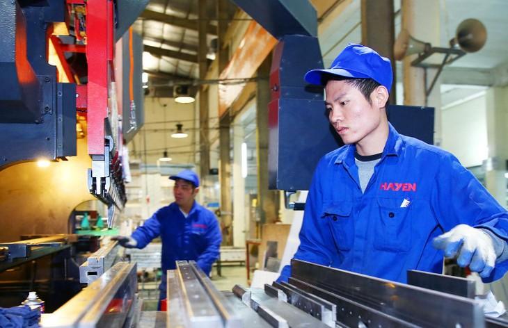 Việt Nam có khoảng 800.000 doanh nghiệp đang hoạt động, trong đó doanh nghiệp có quy mô nhỏ và vừa chiếm 97%, đóng góp 45% GDP, 31% tổng thu ngân sách. Ảnh: Nhã Chi