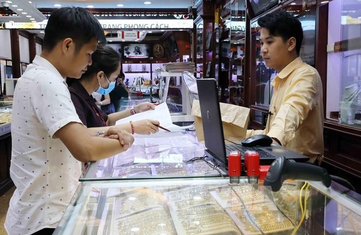 Giá vàng giảm 100 nghìn đồng/lượng. Ảnh: Trần Việt - TTXVN
