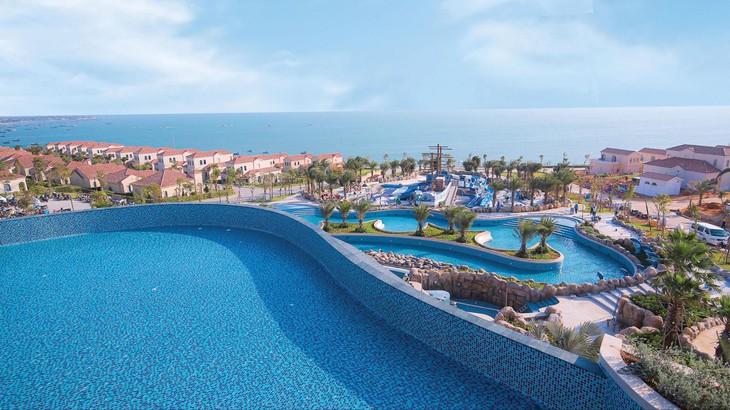 NovaHills Mui Ne Resort & Villas tọa lạc trên đồi cao, có tầm nhìn toàn cảnh vịnh Mũi Né xanh biếc