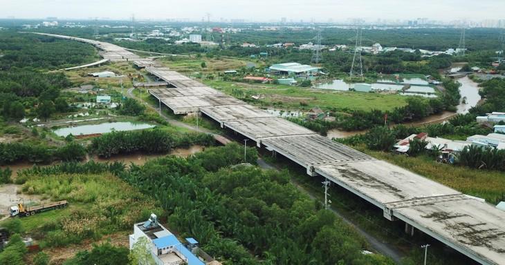 Nhu cầu sử dụng các loại vật liệu thi công tuyến cao tốc Bắc - Nam phía Đông sẽ rất lớn. Ảnh: Song Lê