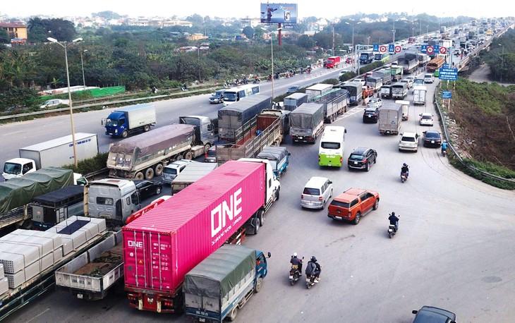 Sự mất cân đối giữa các loại hình vận tải gây sức ép lớn lên kết cấu hạ tầng đường bộ. Ảnh: Lê Tiên