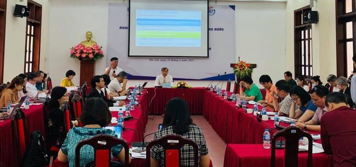 Đại diện nhóm nghiên cứu của CIEM trình bày tại Hội thảo công bố Báo cáo Nghiên cứu các vấn đề về giới trong di cư trong nước và tái cơ cấu kinh tế ở Việt Nam ngày 23/4 tại Hà Nội