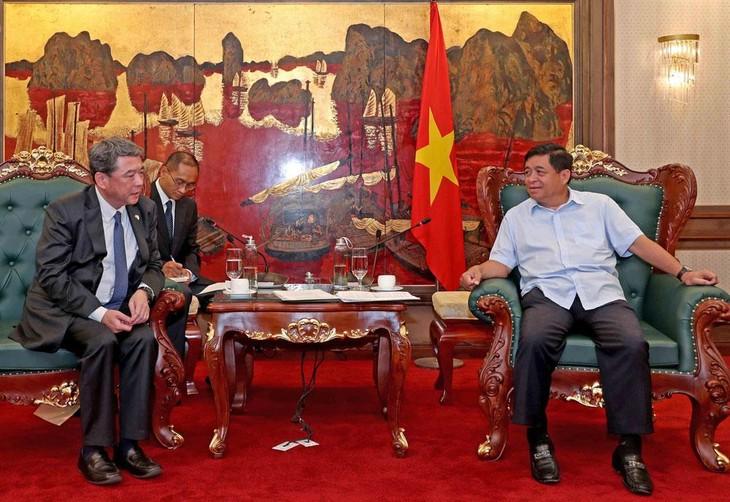 Bộ trưởng Bộ Kế hoạch và Đầu tư Nguyễn Chí Dũng trao đổi với Ban lãnh đạo mới của Diễn đàn Doanh nghiệp Việt Nam (VBF) về việc tổ chức VBF năm 2021. Ảnh: Trương Gia