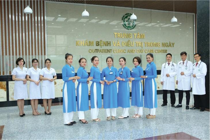 Hướng dẫn viên chăm sóc, phân luồng bệnh nhân ngay từ cổng Bệnh viện