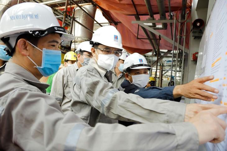 Tổng giám đốc Petrovietnam Lê Mạnh Hùng kiểm tra công tác bảo dưỡng tổng thể Nhà máy Đạm Phú Mỹ sáng ngày 7/5/2021