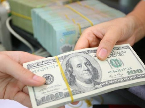 Tại các ngân hàng thương mại, sáng nay giá đồng USD ổn định. Ảnh minh họa: TTXVN