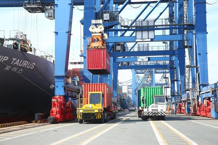 Dự toán thu ngân sách nhà nước từ hoạt động xuất nhập khẩu năm 2022 tăng bình quân khoảng 4 - 6% so với ước thực hiện năm 2021. Ảnh: Lê Tiên