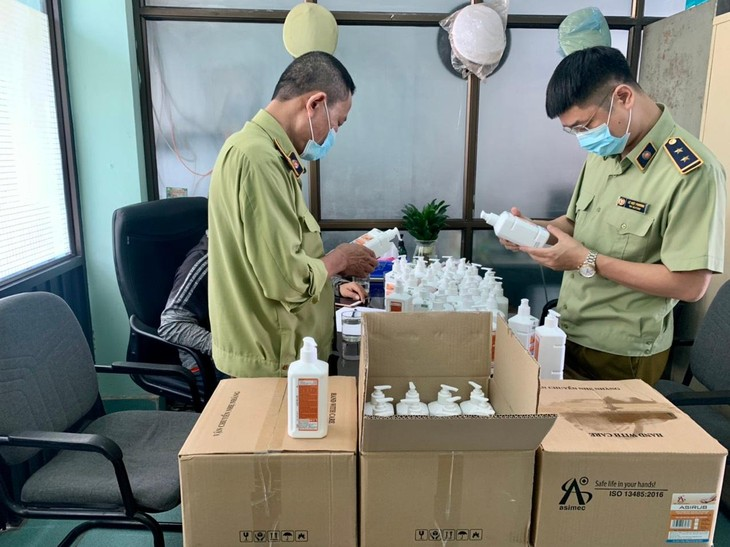 Phát hiện lô hàng nước sát khuẩn tay có dấu hiệu giả mạo ASIRUB tại Hà Nội