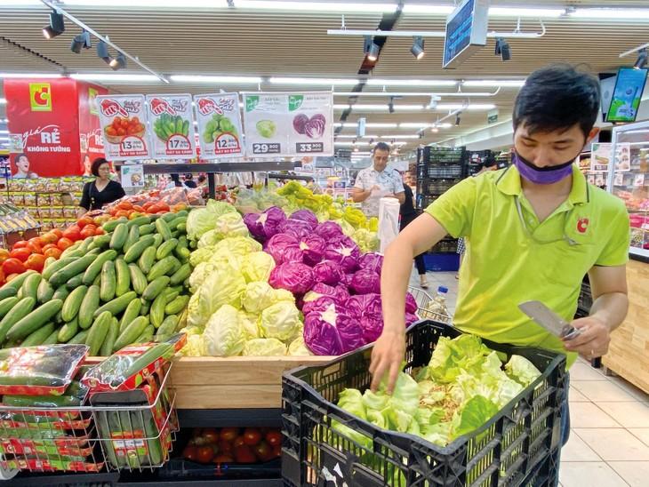 Nguồn cung hàng hóa tiêu dùng thiết yếu được bảo đảm, thị trường bình ổn là một trong những yếu tố góp phần hạn chế nguy cơ lạm phát. Ảnh: Lê Tiên
