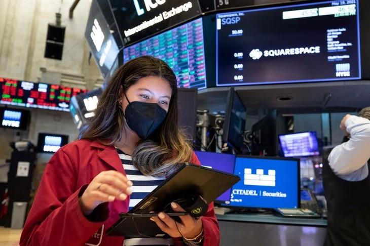 Một nhà giao dịch cổ phiếu trên sàn NYSE hôm 19/5/2021 - Ảnh: NYSE/CNBC.