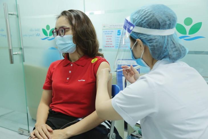 Cùng với việc trao 50 tỷ đồng ủng hộ Quỹ Vaccine phòng Covid-19, Petrovietnam đã triển khai tiêm vaccine ngừa Covid-19 cho người lao động