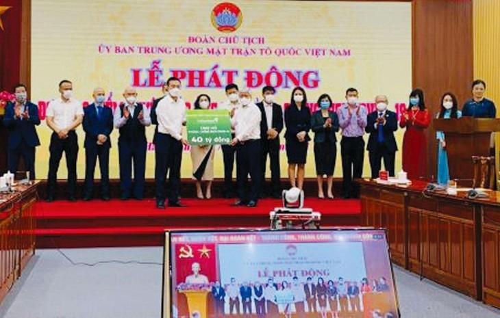Ông Phạm Quang Dũng - Tổng giám đốc Vietcombank (bên trái) đại diện Ngân hàng trao kinh phí ủng hộ phòng, chống dịch Covid-19 cho đại diện Ủy ban Trung ương Mặt trận Tổ quốc Việt Nam