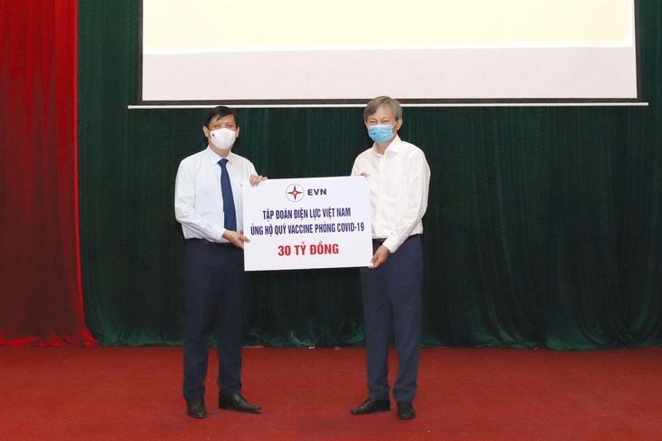 Tổng giám đốc EVN Trần Đình Nhân đại diện Tập đoàn trao tặng Quỹ Vaccine phòng Covid-19 số tiền 30 tỷ đồng