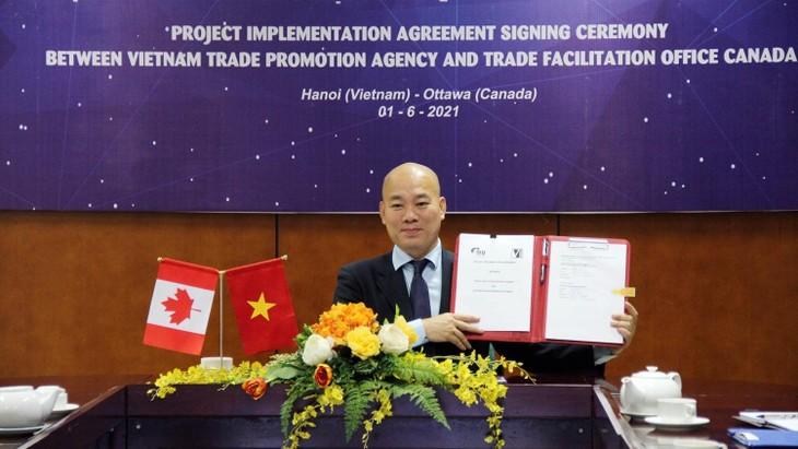 Cục trưởng Cục Xúc tiến thương mại Vũ Bá Phú ký kết dự án trực tuyến với Tổ chức Xúc tiến thương mại TFO Canada.