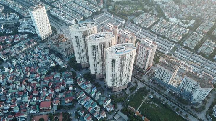 Dòng tiền chảy mạnh vào thị trường chứng khoán và bất động sản là một trong những nội dung cần được phân tích, đánh giá kỹ trong Báo cáo 6 tháng của Chính phủ. Ảnh: Lê Tiên