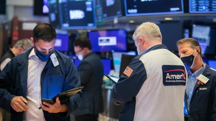 Các nhà giao dịch cổ phiếu trên sàn NYSE ở New York hôm 2/6 - Ảnh: NYSE/CNBC.