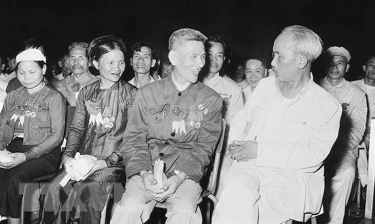Bác Hồ trong buổi họp mặt đại biểu dự Đại hội liên hoan Anh hùng, Chiến sỹ thi đua Công - Nông - Binh toàn quốc lần thứ II tại Hà Nội (7/7/1958)