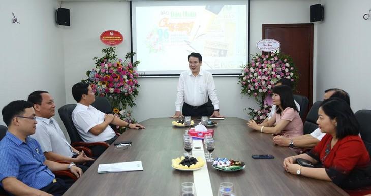 Thứ trưởng Trần Quốc Phương mong muốn Báo Đấu thầu sẽ tiếp tục làm tốt nhiệm vụ chính trị, bám sát tôn chỉ, mục đích hoạt động của tờ báo chuyên ngành về đấu thầu. Ảnh: Tường Lâm