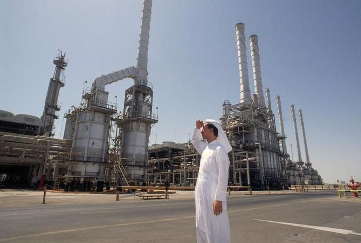 Giá dầu tăng vọt nhờ đồng USD xuống giá, tin đàm phán Mỹ-Iran