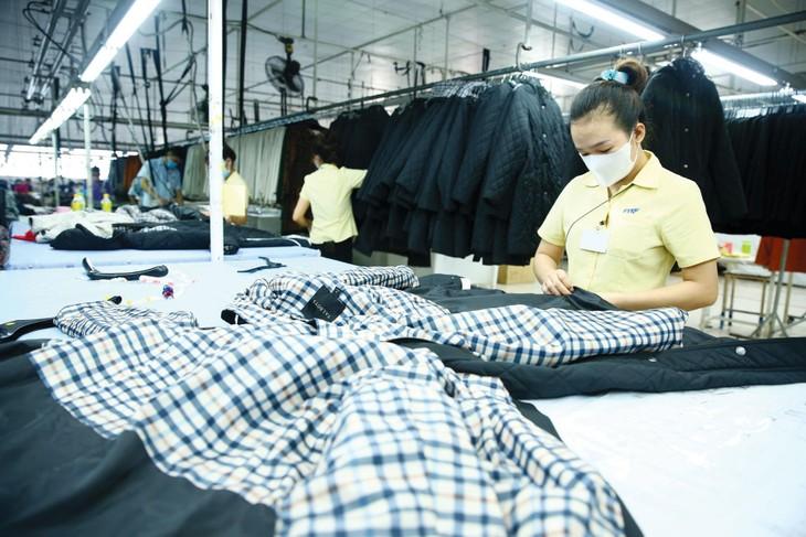 Nhu cầu đối với hàng xuất khẩu của Việt Nam được dự báo sẽ tiếp tục tăng cao trong nửa cuối năm 2021, đặc biệt là mặt hàng điện tử, máy móc thiết bị, đồ gỗ, hàng dệt may, thủy sản... Ảnh: Lê Tiên