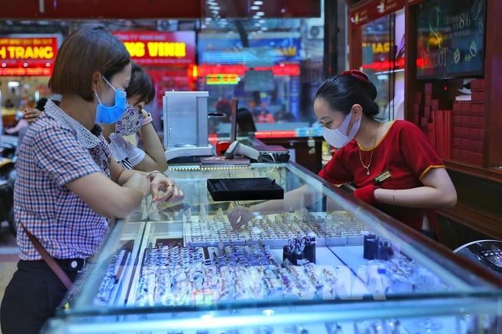 Giá vàng sáng 13/7 giao dịch trên mốc 57,2 triệu đồng/lượng. Ảnh: Danh Lam - TTXVN