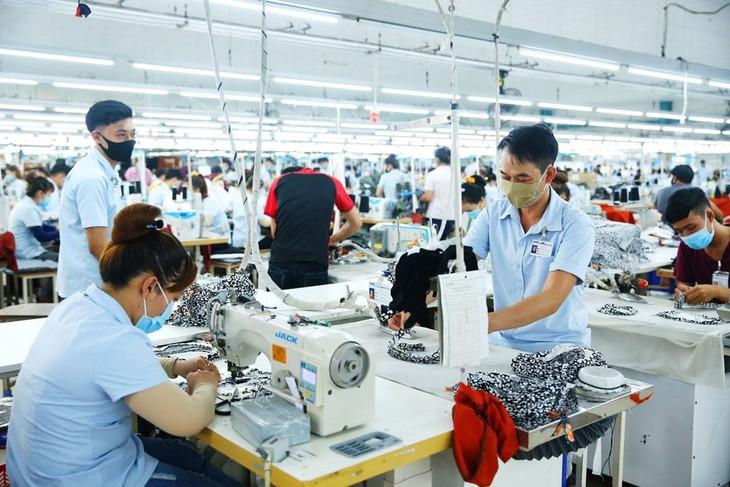 Cử tri mong muốn Chính phủ tiếp tục triển khai các giải pháp hỗ trợ, tạo điều kiện cho doanh nghiệp duy trì, mở rộng hoạt động sản xuất, kinh doanh. Ảnh: Lê Tiên