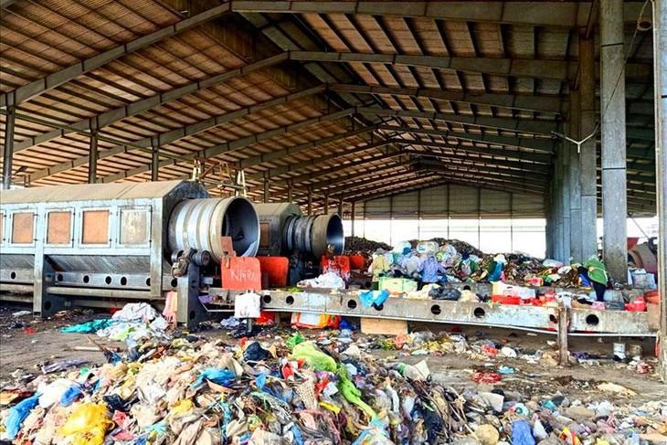 Một trong những nguyên nhân khiến dự án sa lầy được cho là do xây dựng đơn giá xử lý rác và chuyên chở, bốc dỡ quá thấp. Ảnh: Trần Lưu