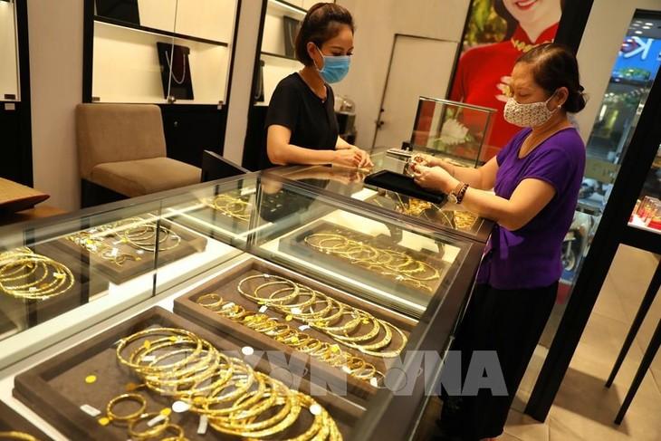Giao dịch vàng tại Công ty Vàng bạc Đá quý Phú Quý tại phố Trần Nhân Tông (Hà Nội). Ảnh: Danh Lam - TTXVN